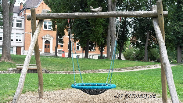 качеля на детской площадке германии